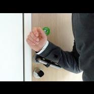 Handvrije deuropener om de verspreiding van bacteriën en virussen via rechtstreeks contact tussen hand en deurknop tegen te gaan.